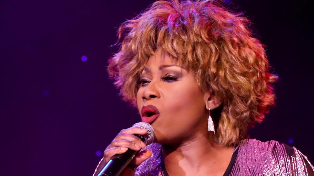 Tina Turner actuando en el escenario