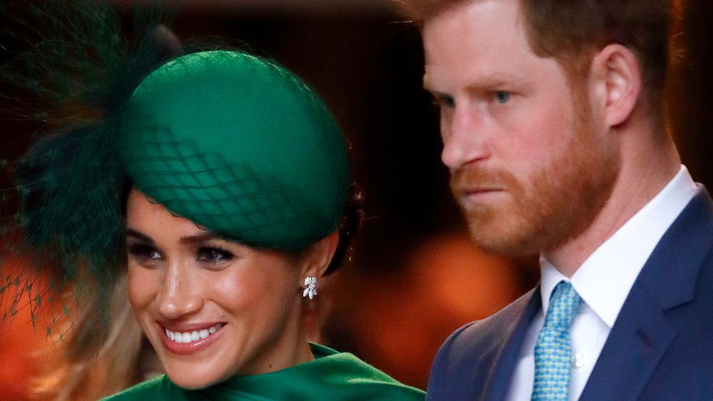 Meghan Markle con sombrero verde con el ceño fruncido Príncipe Harry