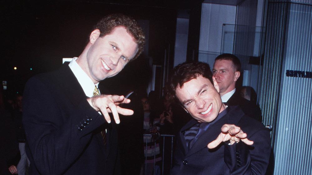 Will Ferrell y Chris Kattan lanzando sus manos hacia la cámara