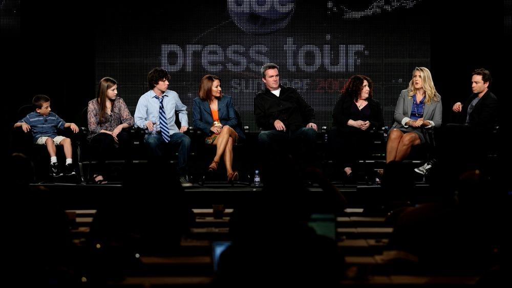 Chris Kattan en el escenario en un panel con el elenco de The Middle