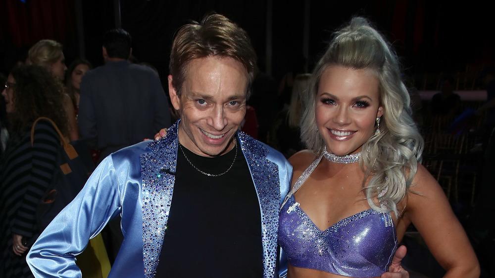 Chris Kattan y Witney Carson sonriendo en Dancing With The Stars