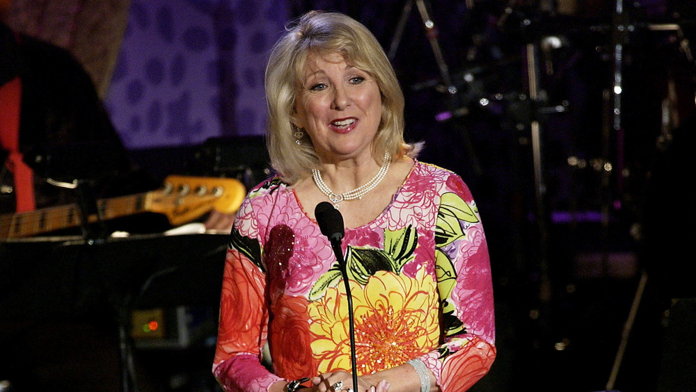 Teri Garr hablando en el evento Race to Erase MS