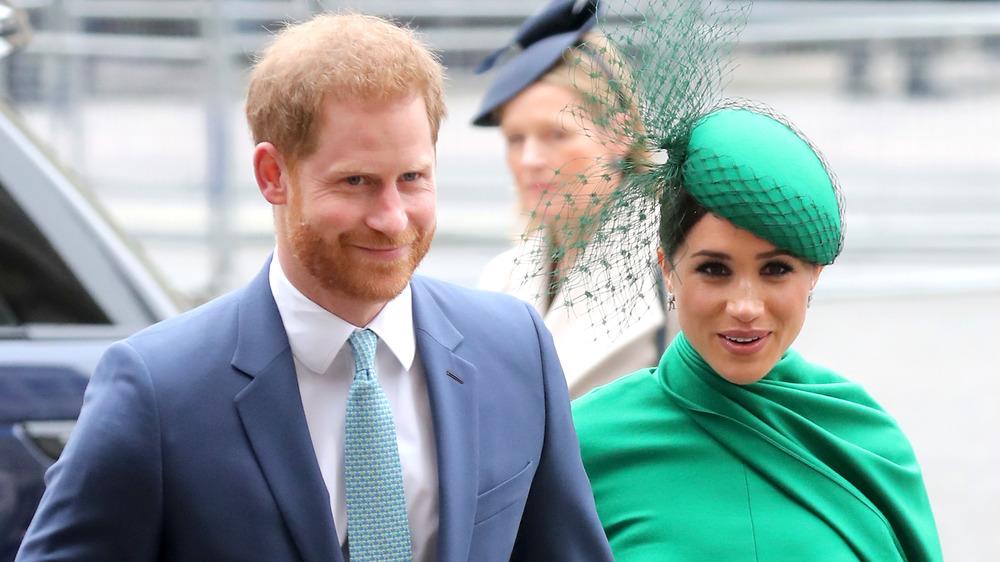 El príncipe Harry y Meghan Markle caminando