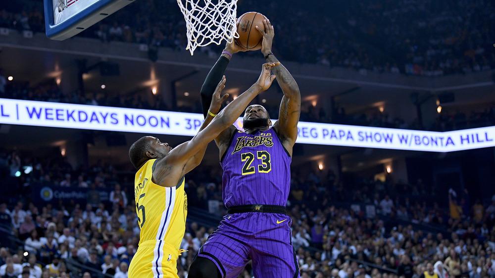 Kevin Durant y LeBron James se enfrentan en la cancha de baloncesto
