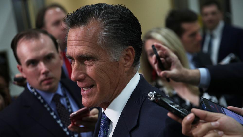 Mitt Romney hablando con los periodistas