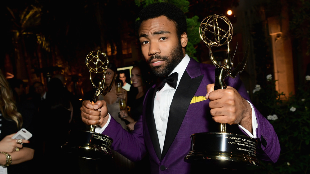 Donald Glover con sus Emmy