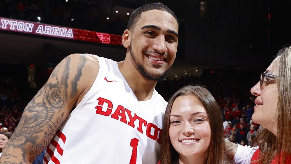 Obi Toppin sonriendo con su novia Magdalena Bellinger
