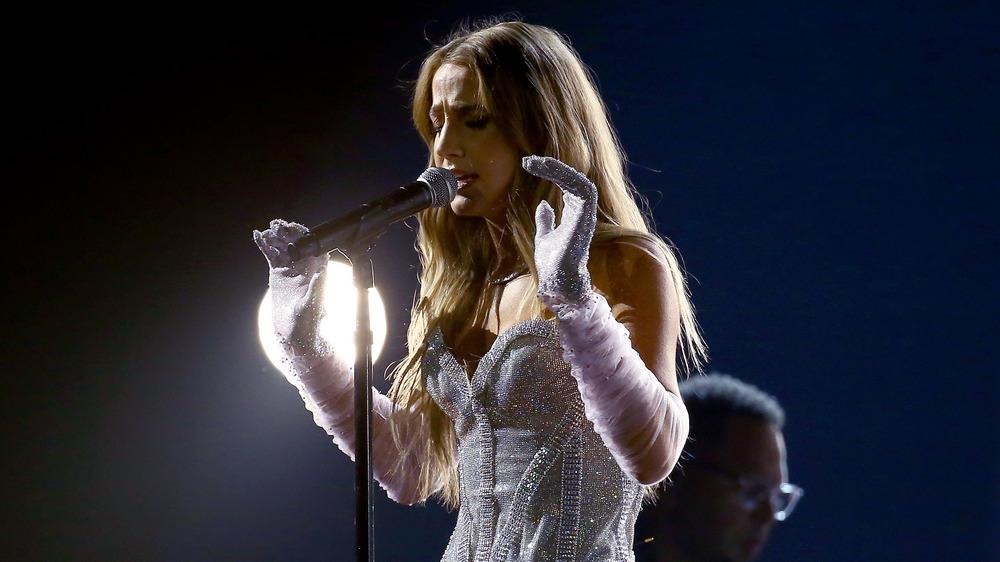 Ingrid Andress cantando