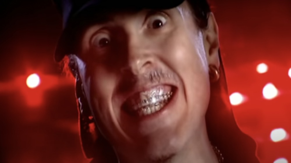 """Weird Al"" Yankovic en el video de ""White and Nerdy"""