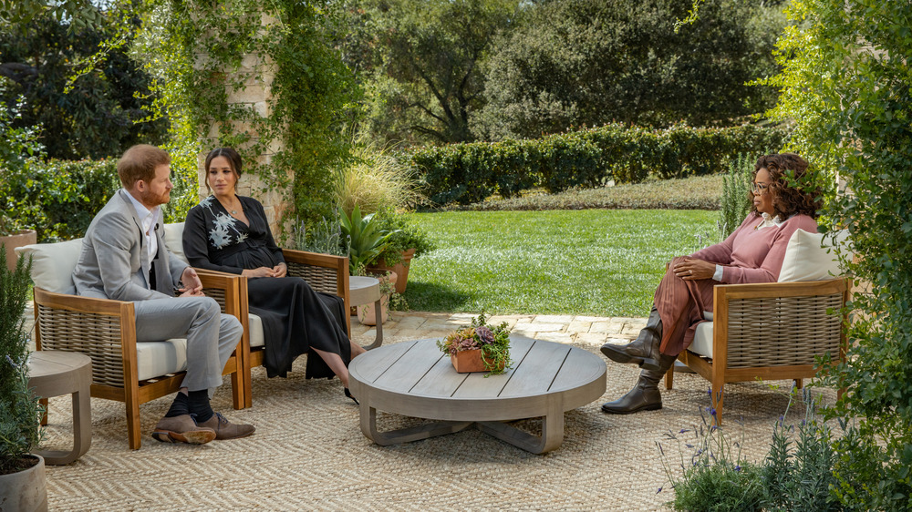 Meghan Markle y el príncipe Harry hablando con Oprah Winfrey