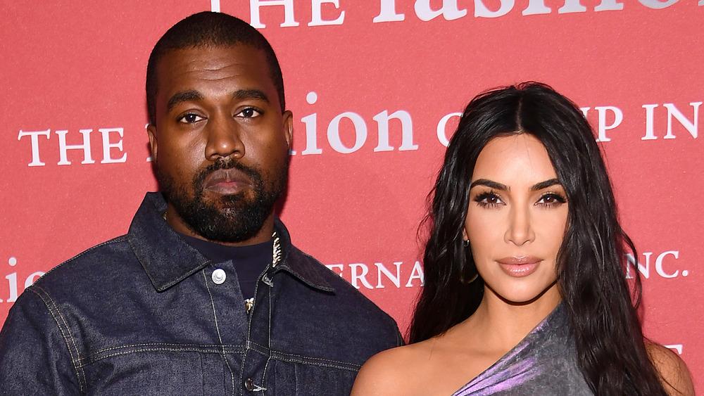 Kanye West y Kim Kardashian posando juntos en la alfombra roja