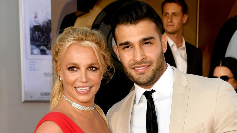 Britney Spears y Sam Asghari posando juntos en un evento