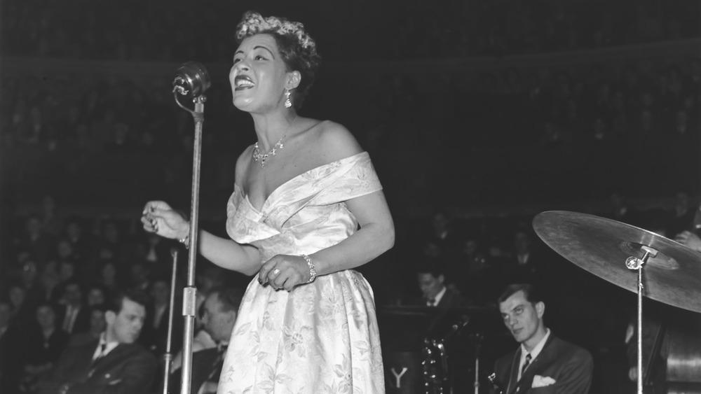 Billie Holiday cantando en el escenario
