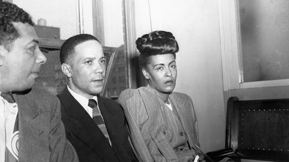Billie Holiday sentada, en juicio