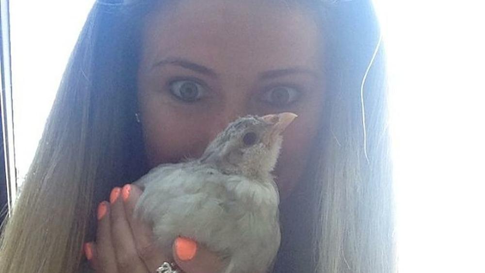 Tiara Soleim y un pollo