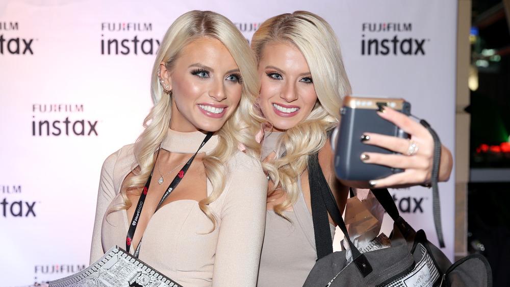 Emily y Haley Ferguson tomándose una selfie