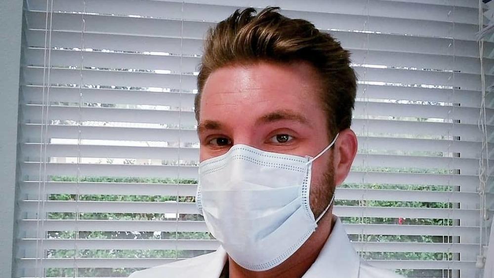 Jonathan Treece con una máscara