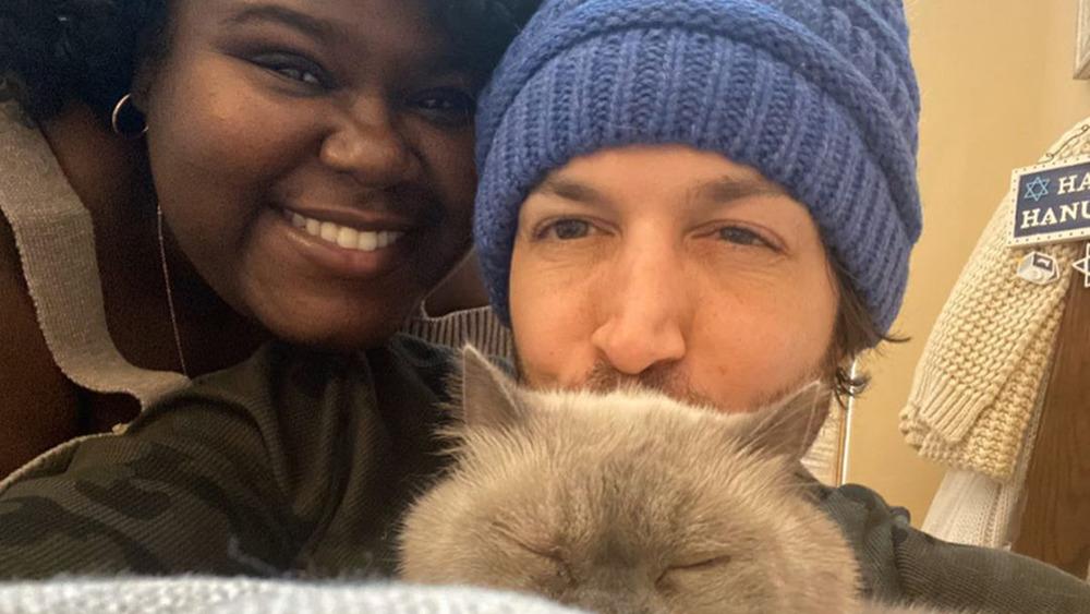 Gabourey Sidibe y Brandon Frankel con gato, selfie