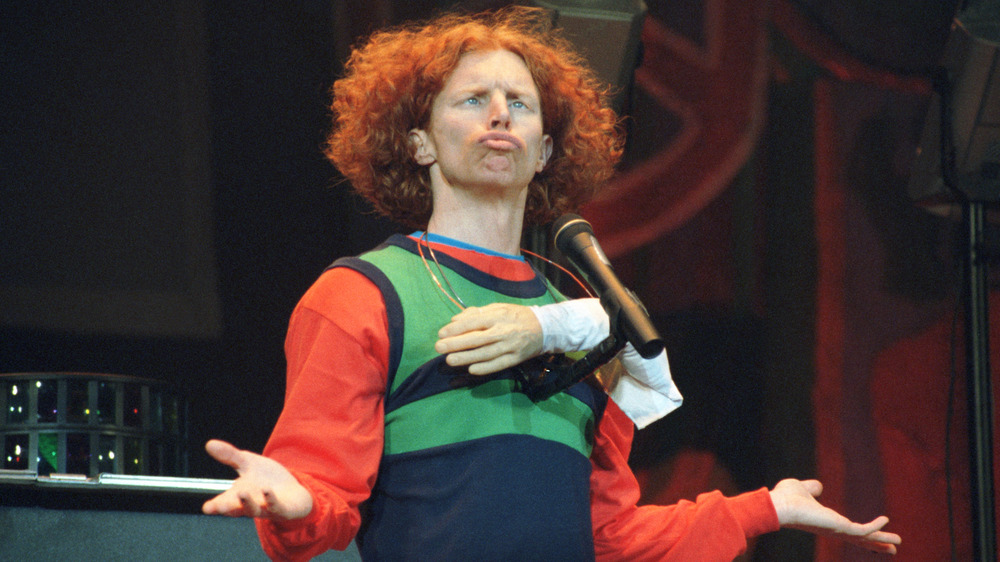 Carrot Top haciendo una mueca en el escenario