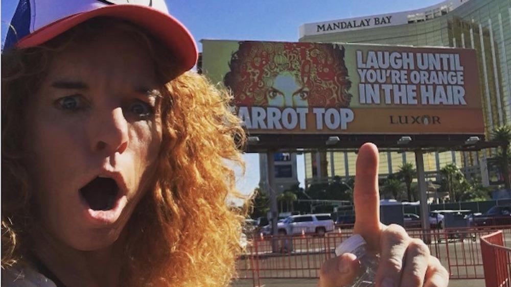 Carrot Top selfie delante del cartel de residencia en Las Vegas