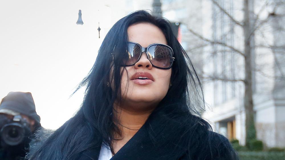 Liza Morales con gafas de sol