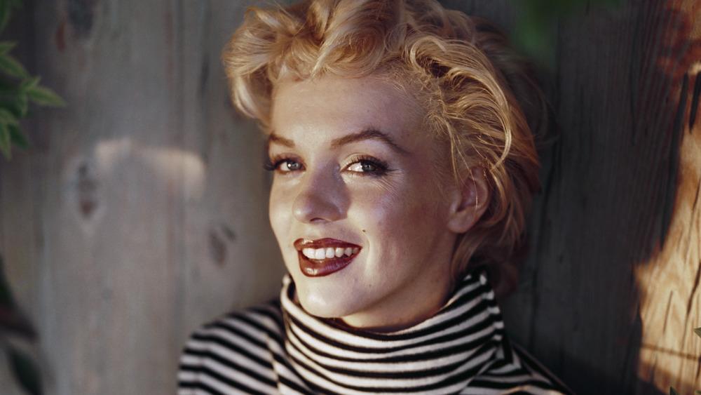 Marilyn Monroe con cuello alto a rayas