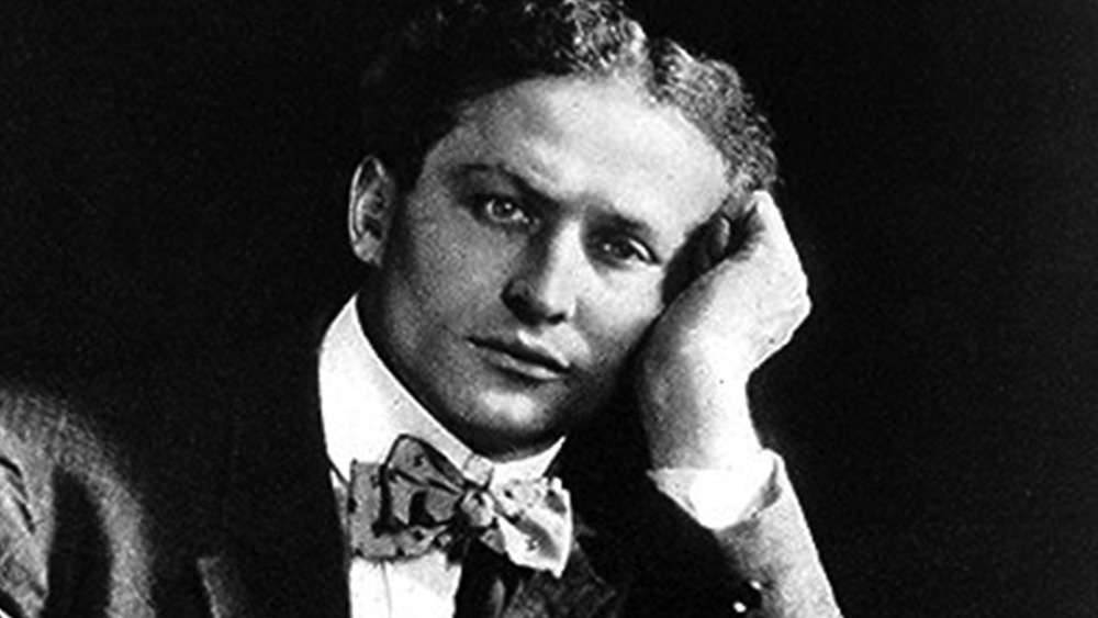 Harry Houdini con la cabeza en la mano