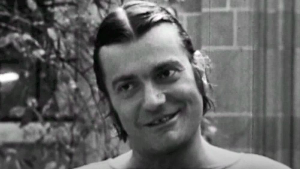 joven Del Close hablando en una película