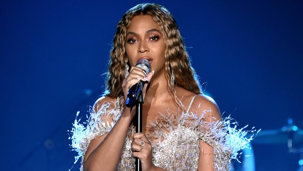 Beyonce cantando en el micrófono