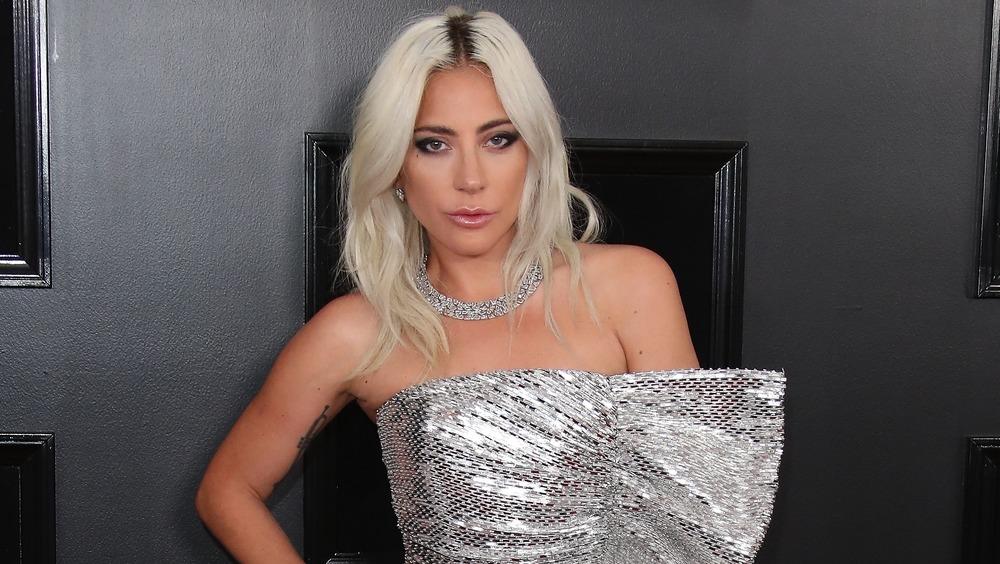 Lady Gaga posando con vestido de lentejuelas
