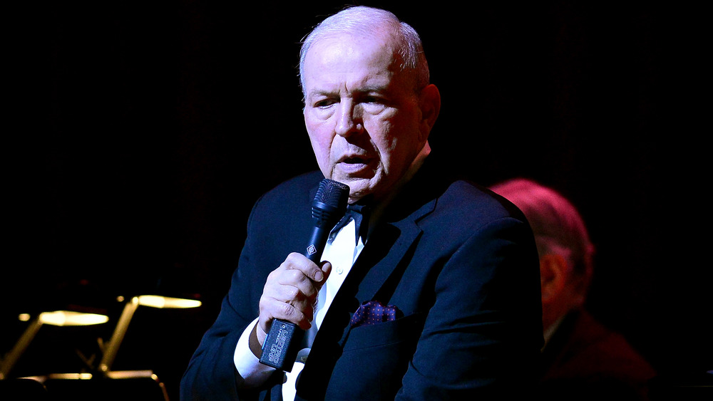 Frank Sinatra Jr. sosteniendo un micrófono
