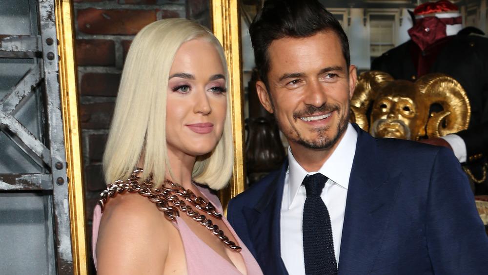 Katy Perry y Orlando Bloom, ambos sonriendo
