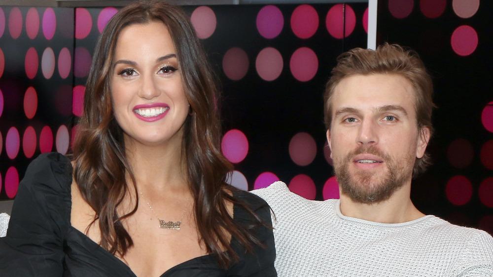 Hannah Berner y Luke Gulbranson sonriendo juntos en un sofá