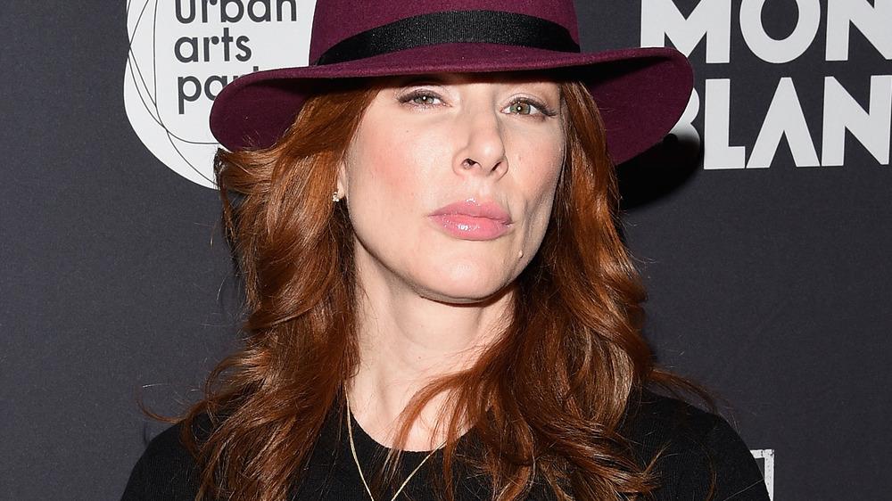 Diane Neal ardiendo en un sombrero