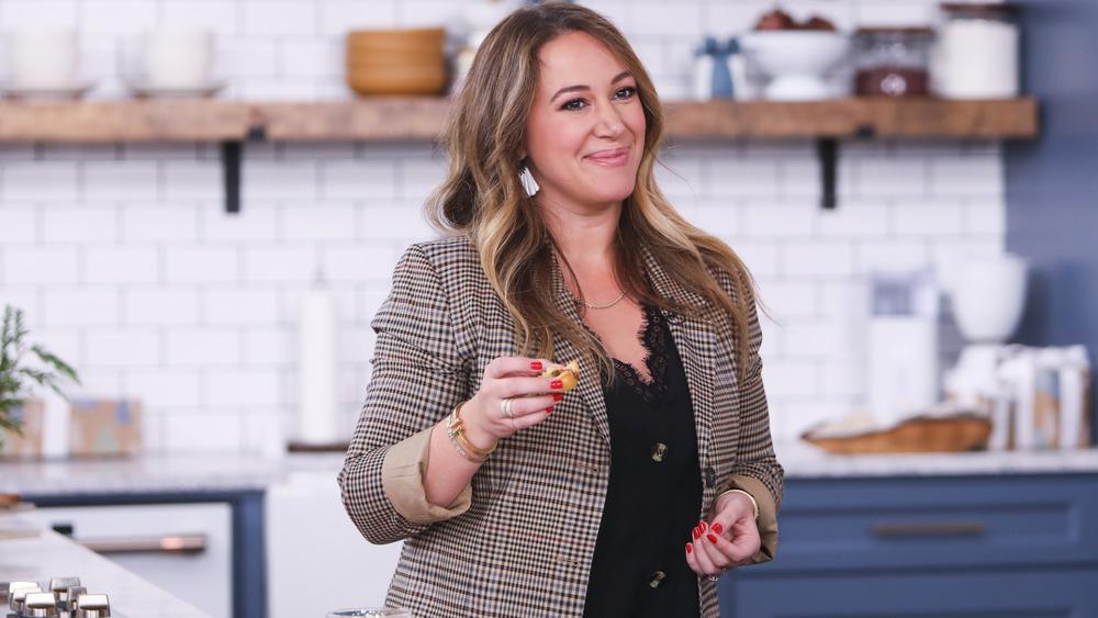 Haylie Duff trabajando en su programa Cooking Channel