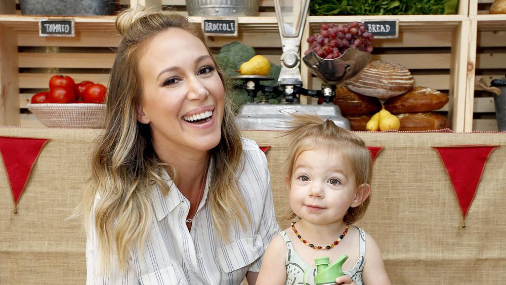 Haylie Duff, riendo junto a su hija.