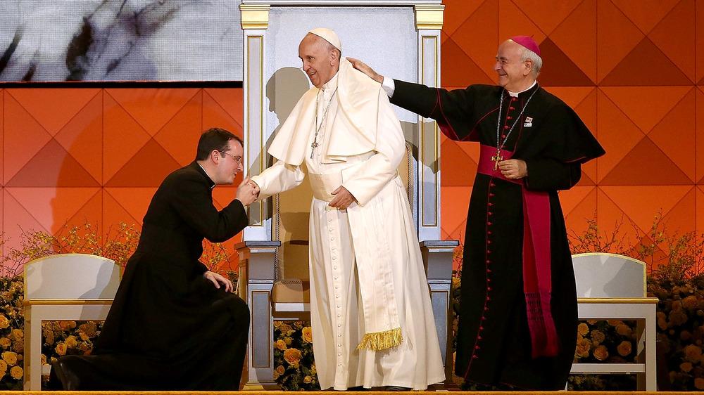 Sacerdote besa el anillo del Papa Francisco mientras el cardenal le toca el hombro