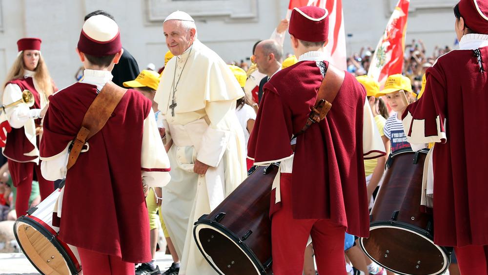 El Papa Francisco llega a la Plaza de San Pedro