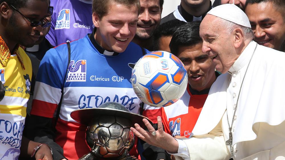 El Papa Francisco juega con un balón de fútbol en la Copa Clericus