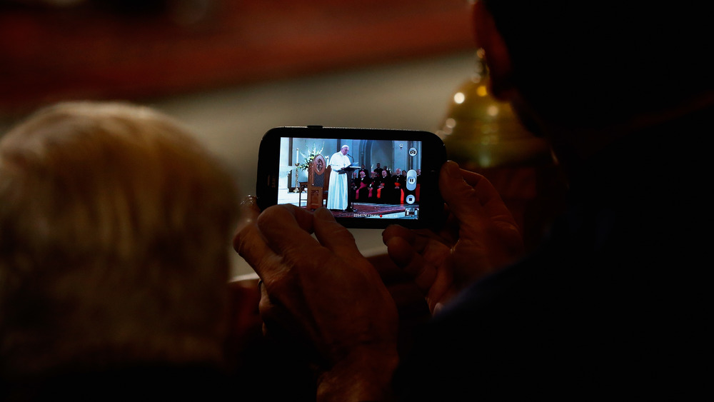 Papa Francisco en teléfono inteligente