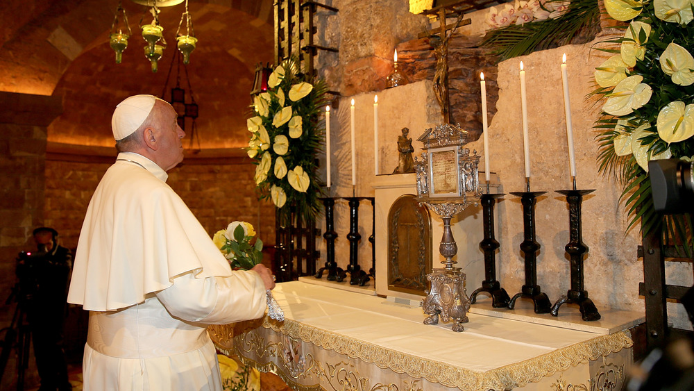 Papa Francisco visitando la tumba