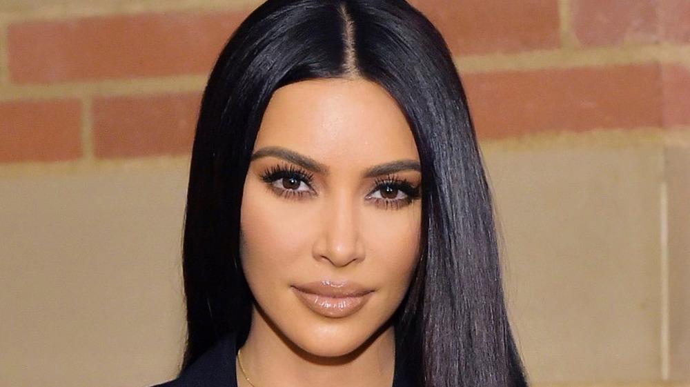 Kim Kardashian posando en un evento