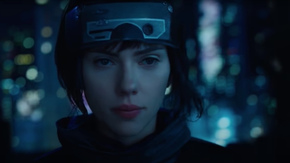 Scarlett Johansson en Ghost in the Shell, mirando a la cámara