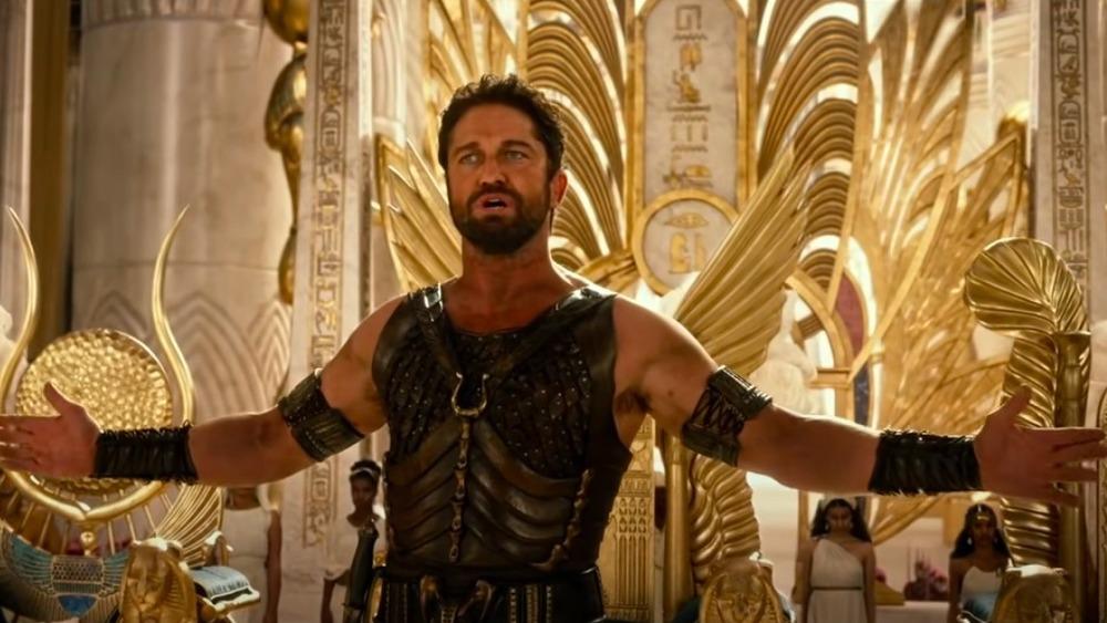 Gerard Butler en Gods of Egypt, brazos a los lados