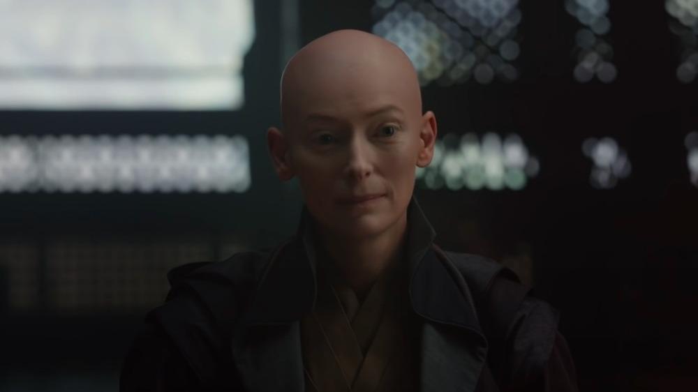 Tilda Swinton en Doctor Strange mirando a la cámara
