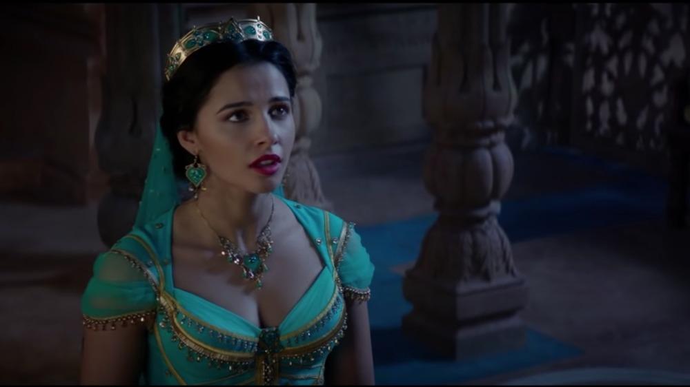 Naomi Scott en Aladdin, mirando hacia arriba