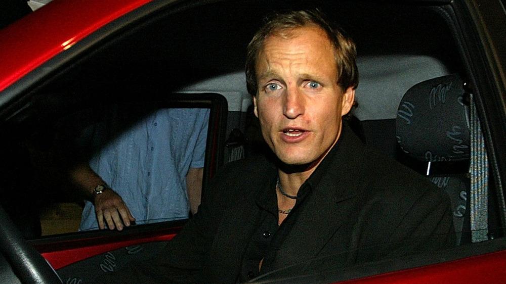 Woody Harrelson en coche, hablando