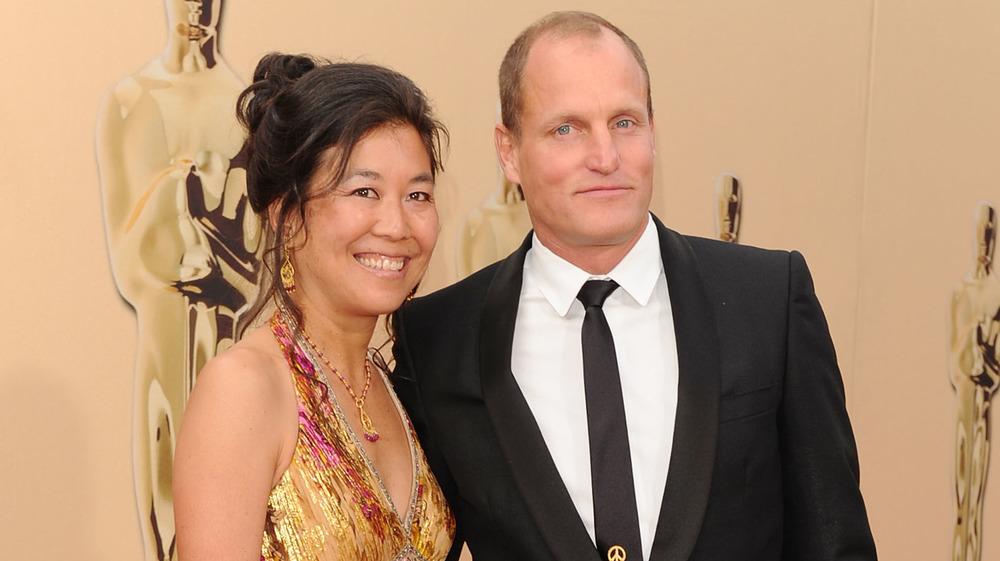 Laura Louie y Woody Harrelson en la alfombra roja