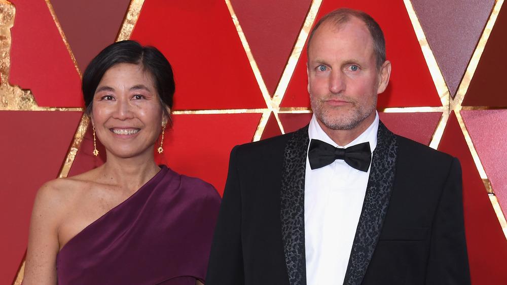 Laura Louie y Woody Harrelson en los Oscar
