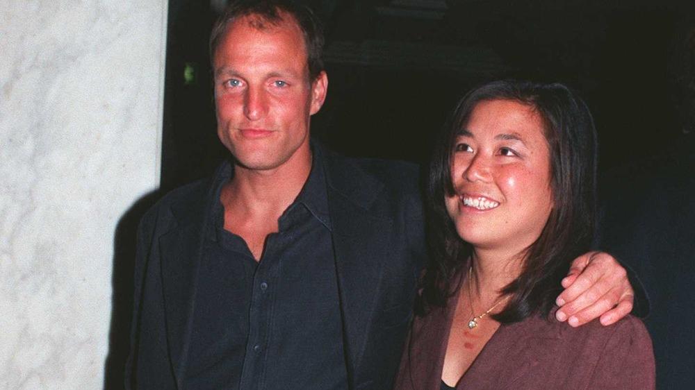 Woody Harrelson y Laura Louie sonriendo